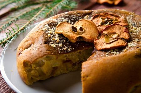 frutas secas: pastel de manzana con frutas secas, decoración de Navidad. enfoque selectivo