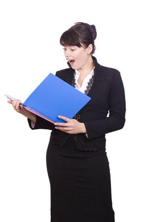 anguished: Donne d'affari alza lo sguardo dal conto finanzia con un'espressione angosciata sul viso. Una donna d'affari bella mora � scioccato dal rapporto finanze. Isolato su sfondo bianco.