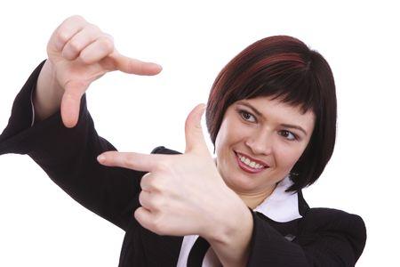 La recherche blonde assez adultes grâce à une image faite par ses mains ; isolées sur blanc. Jeune femme brunette avec encadrement des mains. Femelle rend un bloc isolé sur fond blanc