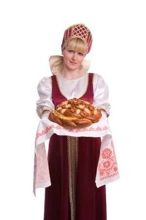vestidos de epoca: Bienvenida de pan y sal. Un ritual tradicional de ofrecer pan y sal a un invitado de la recepci�n. Chica permanente en traje tradicional ruso. Mujer lleva sarafan y kokoshnik.