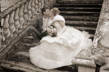 結婚式: 魅力的なカップルのロマンチックなイメージです。結婚のカップルは新婚者のカップルの結婚式の Day.newly に笑みを浮かべて自分の時間をお楽しみく