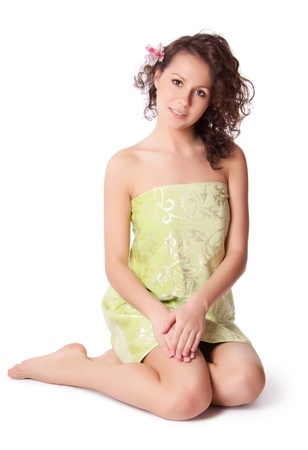 mujer desnuda sentada: Mujer desnuda sentada en una toalla verde
