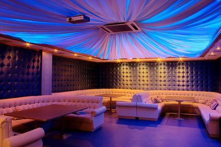 Fotografía de la moderna sala de estar de bar.