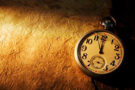 Cerrar vista del reloj de bolsillo en papel antiguo