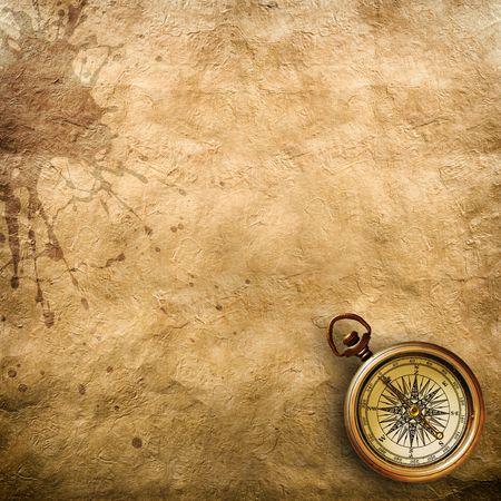 Un antiguo papel con bordes desgarrada, en una superficie de madera marrón.