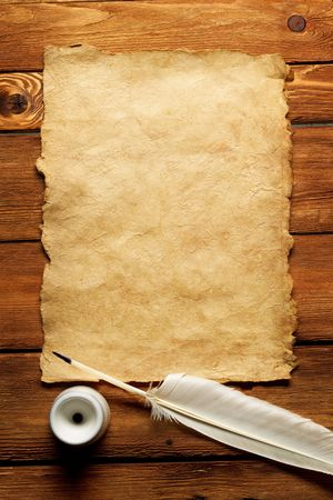 Encrier et la plume sur un fond de la forme vide de la lettre