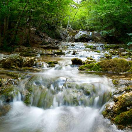 De prachtige waterval in forest, lente, lange blootstelling Stockfoto