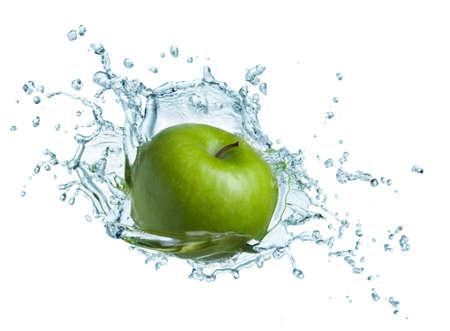 manzana agua: Manzana verde bajo el agua con un rastro de burbujas transparentes.  Foto de archivo