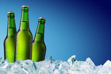 botella de cerveza fría con gotitas de agua en superficie  Foto de archivo