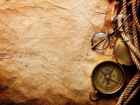 brujula: Br�jula, cuerda y gafas en papel viejo  Foto de archivo