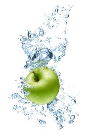Grüner Apfel unter Wasser mit einer Spur von transparenten Blasen.