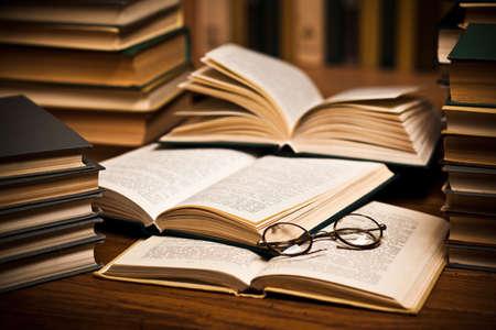 libros abiertos: abre el libro, acostado en la estanter�a con una gafas  Foto de archivo