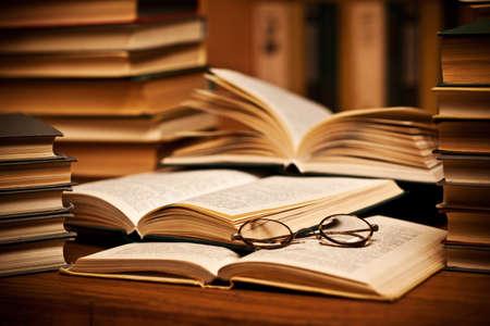 kütüphane: opened book, lying on the bookshelf with a glasses