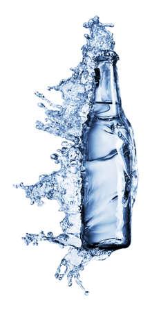 condensation: botella que se vierte en un agua en blanco