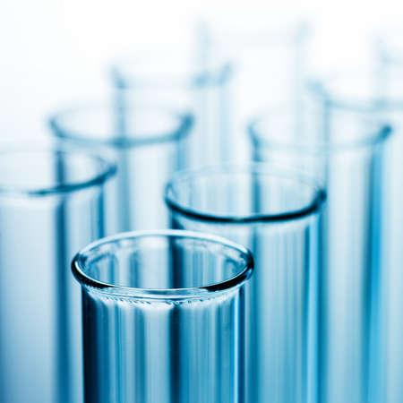material de vidrio: Close up vista de tubos de ensayos sobre azul