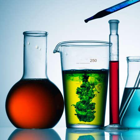 cristalería: Surtido de equipos de cristaler�a de laboratorio listo para un experimento en un laboratorio de investigaci�n de ciencia