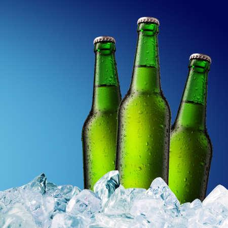 botella de cerveza fría con gotitas de agua en superficie