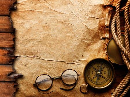 glas kunst: Kompas, touw en bril op oud papier Stockfoto