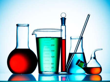 experimento: Surtido de equipos de cristaler�a de laboratorio listo para un experimento en un laboratorio de investigaci�n de ciencia
