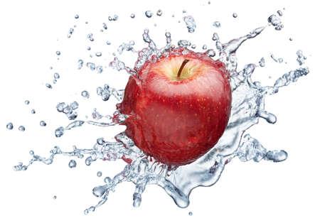 appel water: Apple in spray van water. Sappige apple met splash op witte achtergrond Stockfoto