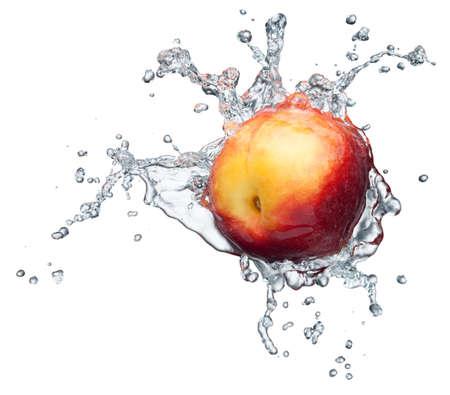 melocoton: Melocot�n en spray de agua. Jugosa melocot�n con bienvenida sobre fondo blanco