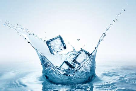 cubos de hielo: Cerrar vista de los cubos de hielo en el agua Foto de archivo