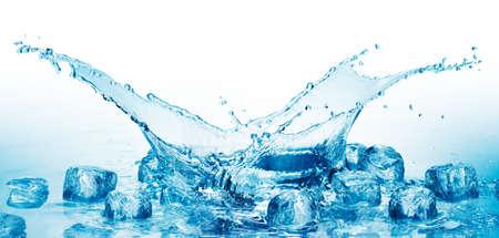 cubos de hielo: Cerrar la vista de los cubos de hielo de agua Foto de archivo