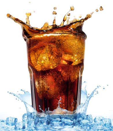 colas: bicchiere con cola e ghiaccio in spruzzi d'acqua