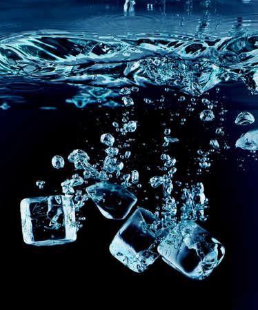 cubos de hielo: Cierre de vista de los cubitos de hielo en el agua