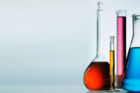 material de vidrio: Surtido de vidrio de laboratorio preparado para un experimento en un laboratorio de equipos de investigación en ciencias