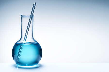 probeta: Surtido de vidrio de laboratorio preparado para un experimento en un laboratorio de equipos de investigación en ciencias