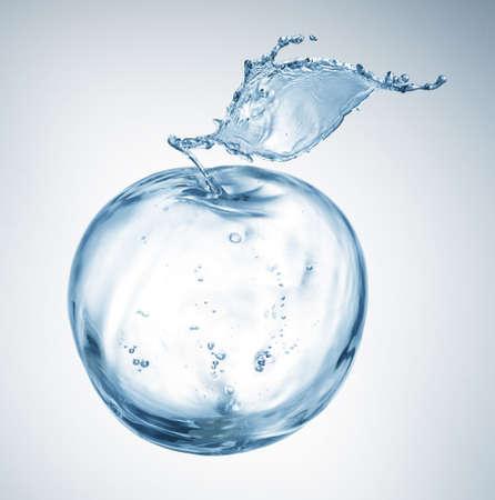 manzana agua: de manzana hecha de salpicaduras de agua aisladas en blanco