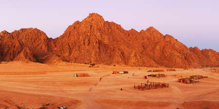 monte sinai: Rocas rojas en Sinaí, cerca de la Montaña de Moisés.