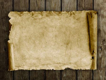 cartas antiguas: Papel viejo en el fondo de madera
