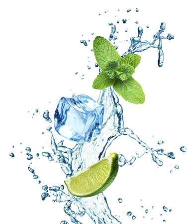 cubos de hielo: Los cubos de hielo, hojas de menta, limón y splash de agua sobre un fondo blanco Foto de archivo