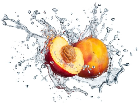 Perzik in spray van water Sappige perzik met splash op witte achtergrond Stockfoto