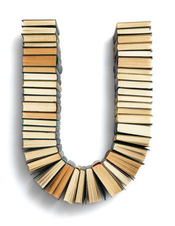 Buchstabe U aus der Seite gebildet Enden geschlossenen Vintage Hardcover-Bücher auf einem weißen Hintergrund