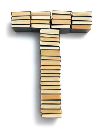 Buchstabe T von der Seite gebildet Enden geschlossenen vintage Hardcover-Bücher auf einem weißen Hintergrund