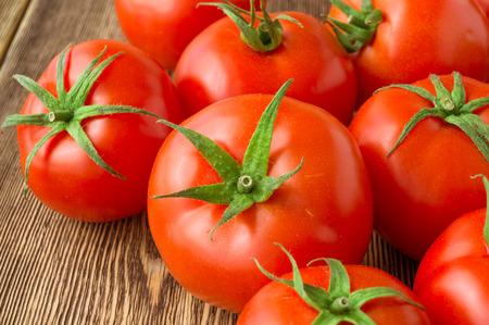 木材の背景に、新鮮な熟したトマトのクローズ アップ 写真素材