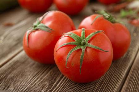 나무 배경에 신선한, 잘 익은 토마토의 근접