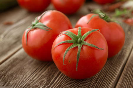 Close-up of fresh, ripe tomatoes on wood background Banque d'images