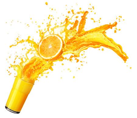 Orangensaft spritzt mit Früchten isoliert auf weißem Hintergrund Standard-Bild - 47836924