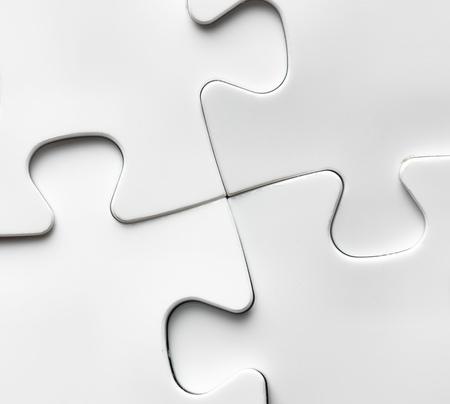 ジグソー パズルのピースを不足している手。最後のパズルのピースを完了するためのビジネス コンセプト イメージ。