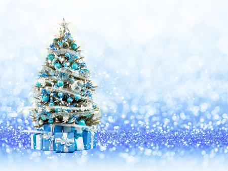 クリスマス ツリー クリスマス ライトは、光と遊ぶ。背景のボケ味の青