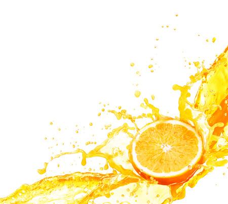 白い背景で隔離の果実としぶきのオレンジ ジュース
