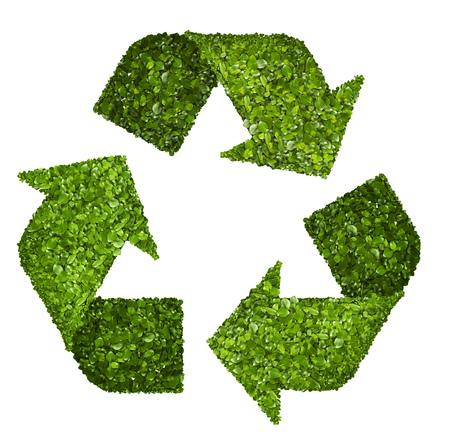 Recycling logo symbool uit het groene gras. Op wit wordt geïsoleerd