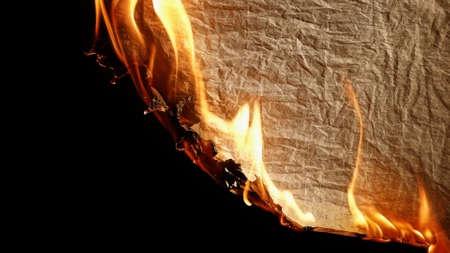 Brûler vieux papier sur backgrounb noir. Banque d'images