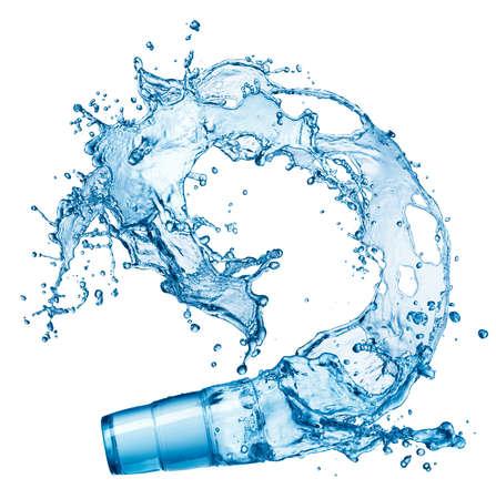 salpicaduras de agua azul en vidrio aislado sobre fondo blanco