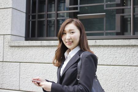 Giovane imprenditrice utilizzando un telefono cellulare Archivio Fotografico - 47487400