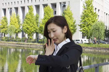 llegar tarde: Joven empresaria tarde para la cita